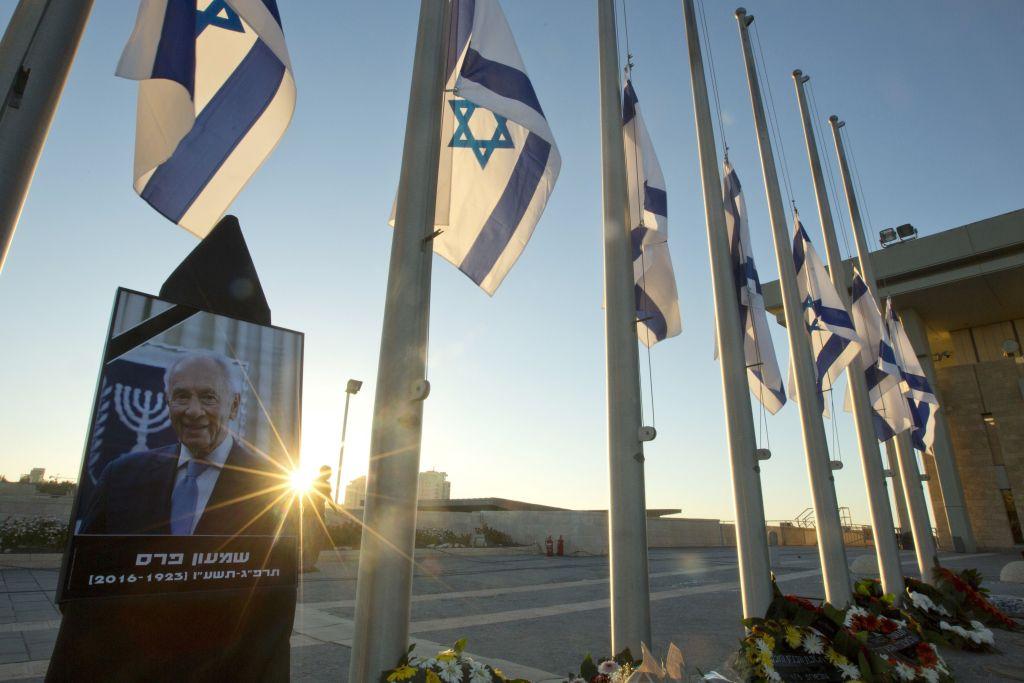 EE.UU. reconocerá a Jerusalén como capital de Israel - Un retrato del fallecido expresidente de Israel, Shimon Peres, en el Knesset, el parlamento israelí, en Jerusalén, el 30 de septiembre de 2016. Foto de AP.