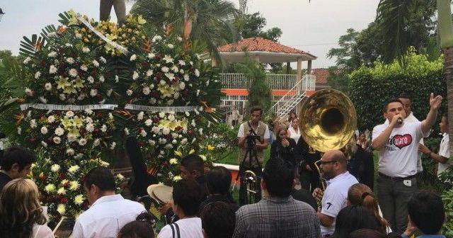Paracuarenses rezan en honor a Juan Gabriel