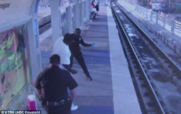 Video: oficial da golpiza a hombre en estación de tren en Houston