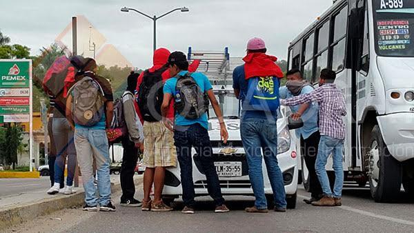 Normalistas retienen autobuses y vehículos de empresas en Oaxaca - Foto de Quadratín