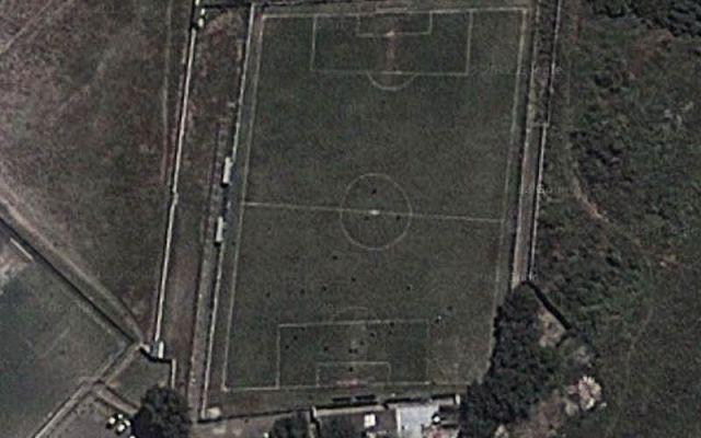 La cancha profesional más chueca del mundo - En esta foto aérea se puede apreciar la forma trapezoidal de la cancha. Foto de @PaladarNegro