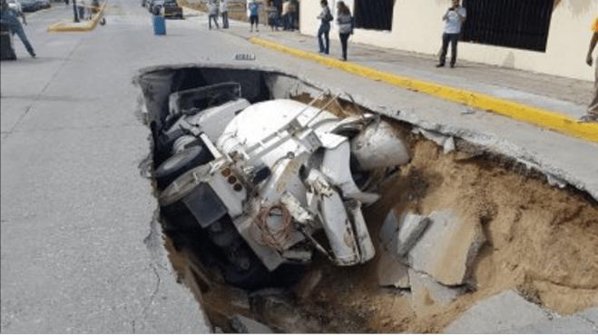 Camión cae en socavón en Tamaulipas