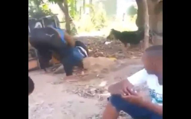 #Viral madre golpea a su hijo por opinar en conversación ajena