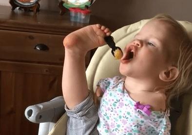 Video: niña sin brazos aprende a comer con los pies