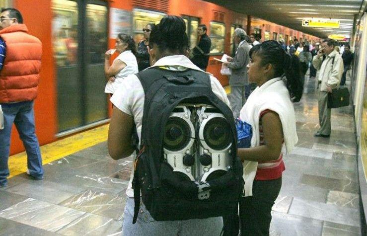 Vendedores ambulantes en el Metro. Foto de Como Vemos Damos