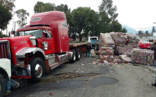 Vuelca tráiler en carretera Lechería-Texcoco