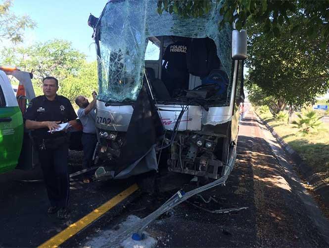 El autobús accidentado en la carretera. Foto de Excélsior