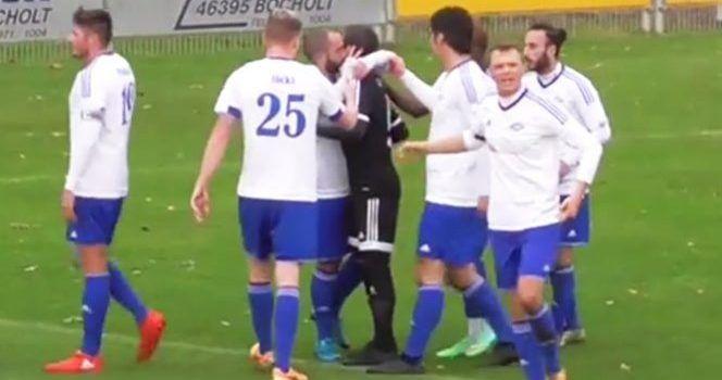 Video: jugador pide que no se marque penalti a favor y recibe un beso