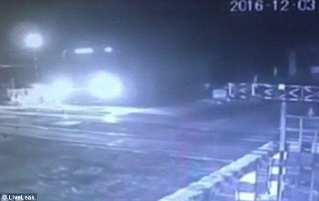Video: conductor logra abandonar camión antes que un tren lo arrolle