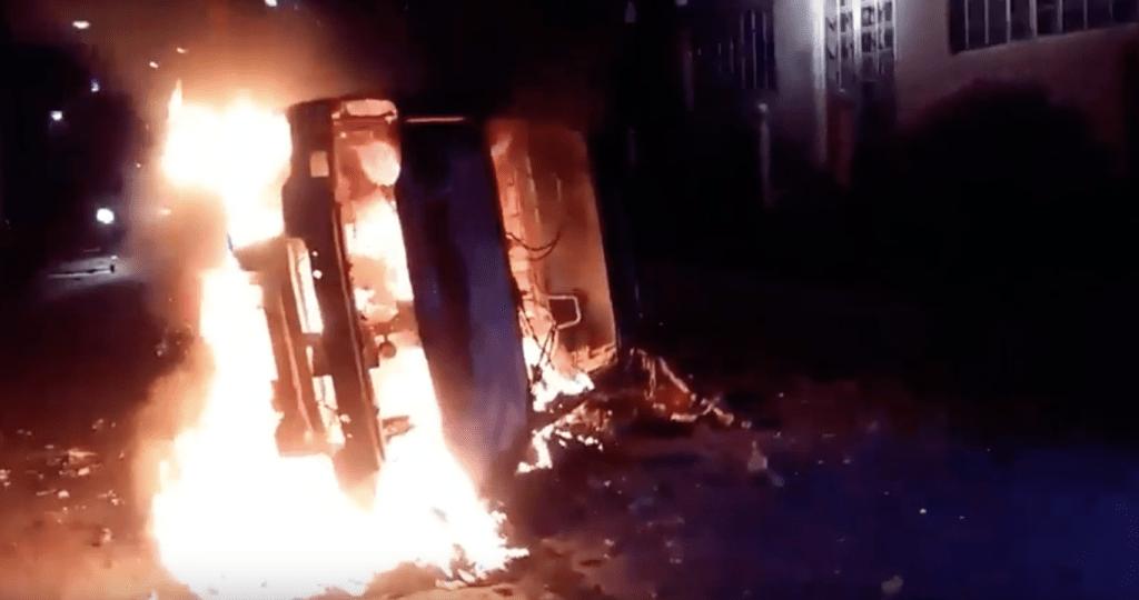 Pobladores queman patrulla en protesta en Puebla