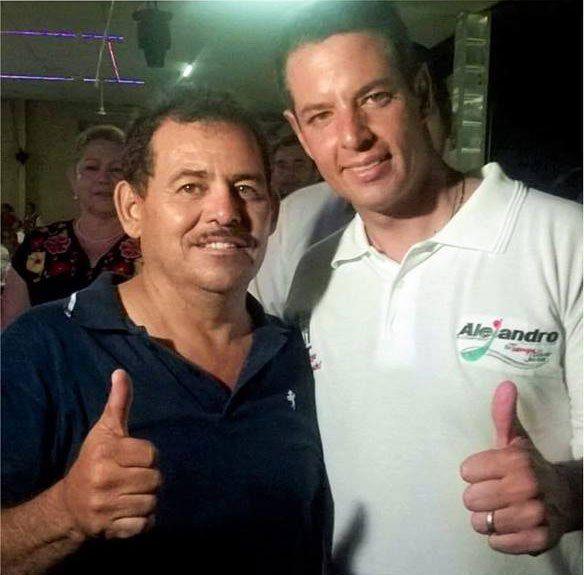 A la izquierda, Jesús Dámaso Baños Tapia, expresidente municipal de San Juan Bautista Cacahuatepec, Oaxaca. Foto de Facebook