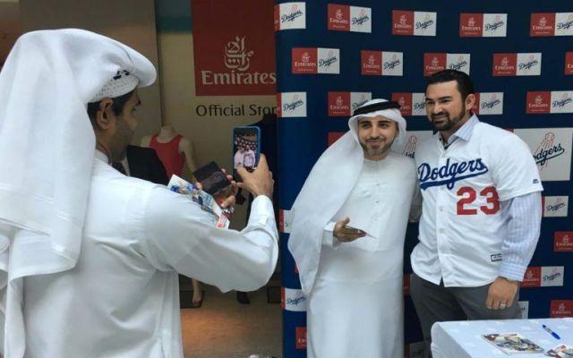 Adrián González asiste a Dubái para inauguración de estadio de beisbol - Foto de MLB