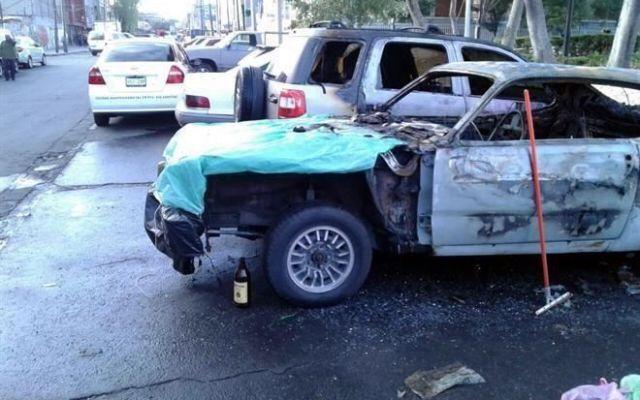 Incendian dos vehículos en la Morelos - Foto de Reforma