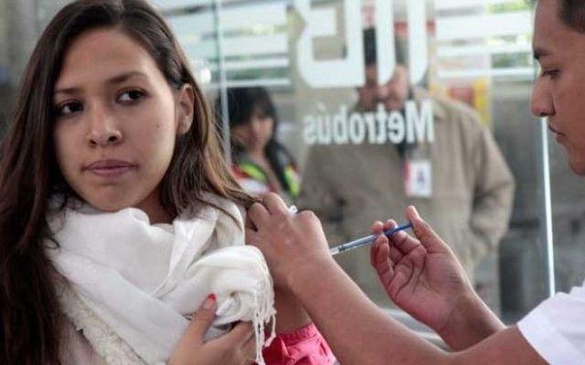Instalan módulos de vacunación contra influenza en el Metrobús