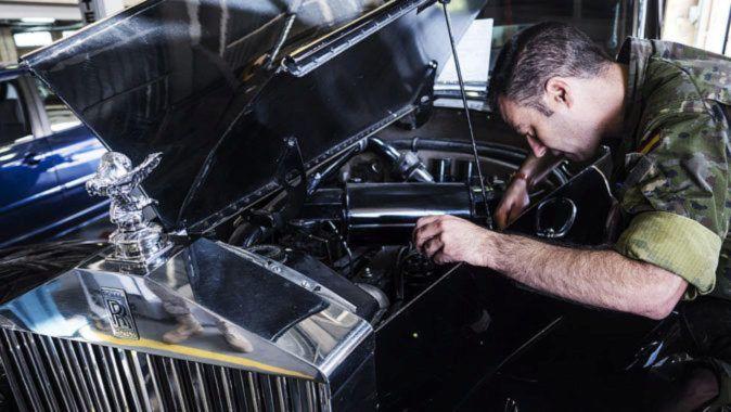 Los coches históricos que la Guardia Civil repara para el rey