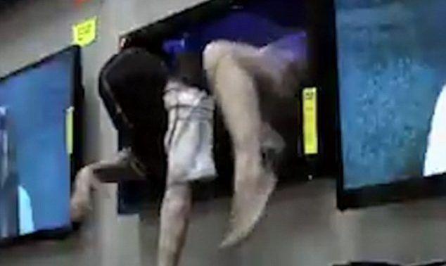 Video: niña de 'El Aro' sale de televisor para asustar a clientes