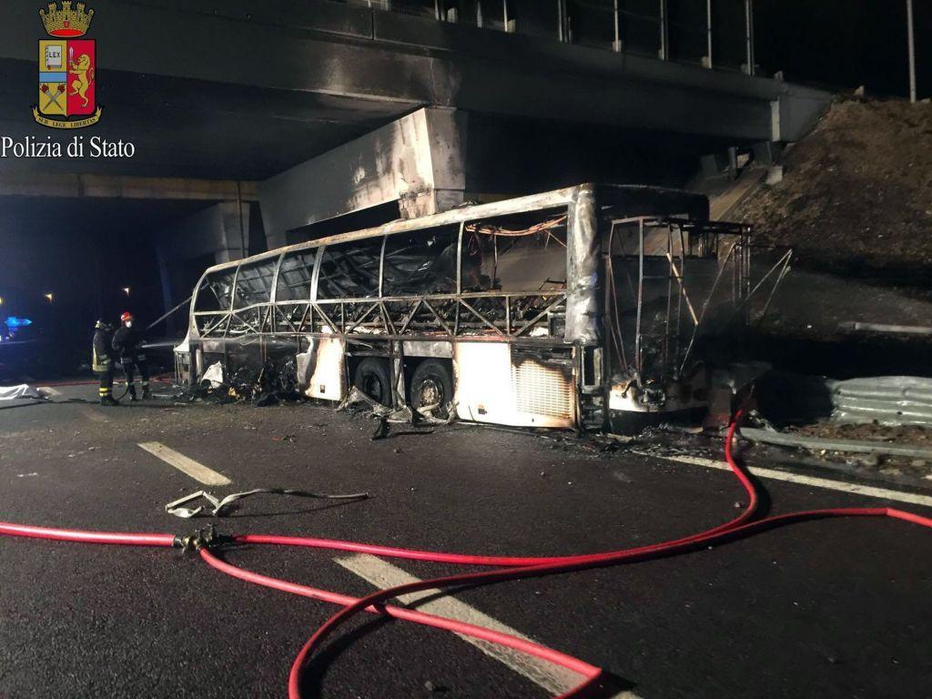 Al menos 16 muertos al estrellarse autobús en Italia - Bomberos inspeccionando los restos calcinados de un autobús que se estrelló y se incendió cerca de Verona, en el norte de Italia. Foto de AP.