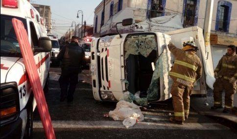 Pipa de gas choca y vuelca a camioneta repartidora - Foto de Twitter