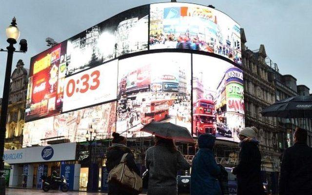 Piccadilly Circus apagó sus luces por primera vez en 80 años