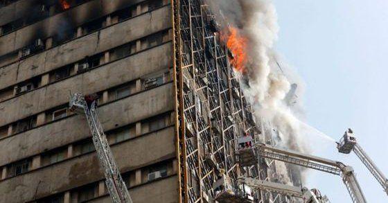 Mueren 30 bomberos al colapsar un rascacielos en Irán
