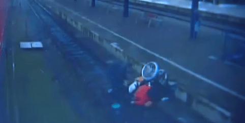 Video: hombre agrede a mujer en silla de ruedas