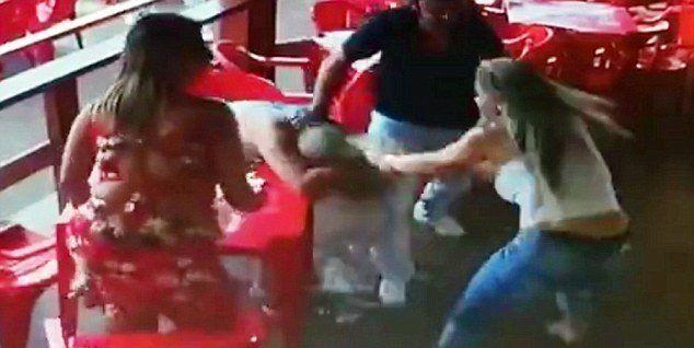 Viral: mujer golpea a su novio al captarlo en una cita con otra