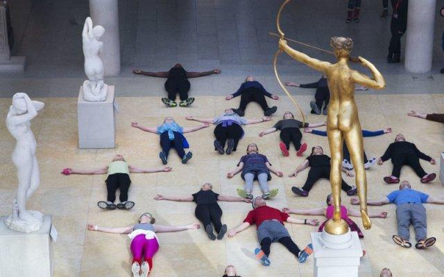 Ofrecen clases de aerobics en el MOMA
