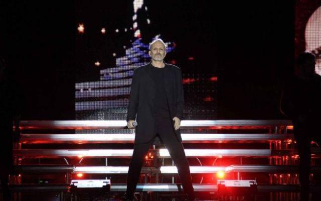 Miguel Bosé rechaza muro de Trump durante concierto en el Zócalo - Foto de Notimex