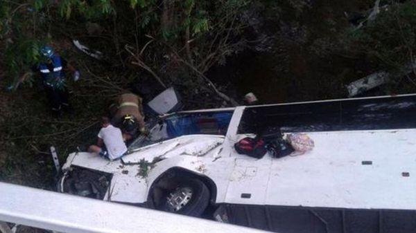 Autobús cae a barranco y deja 16 muertos - Foto de @MiDiarioPanama