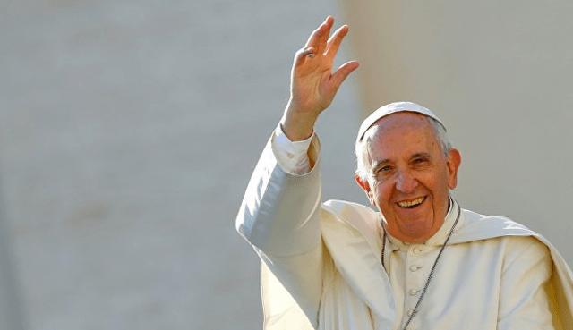 Papa Francisco pide revisar la Biblia tanto como el celular