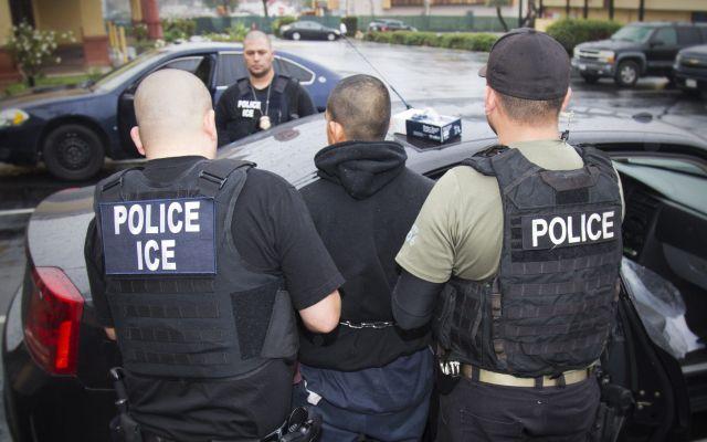 EE.UU. podría perder 250 mil mdd por deportaciones - Esta foto tomada el 7 de febrero del 2017 en Los Angeles, divulgada por el Servicio de Control de Inmigración y Aduanas, ICE por sus siglas en inglés, muestra a agentes realizando un arresto durante un operativo realizado por el ICE enfocado en migrantes prófugos, personas que reingresaron al país de manera ilegal e inmigrantes criminales. El gobierno de Trump está ampliando extensamente el universo de inmigrantes sin autorización a ser considerado como prioridad para ser deportado, para incluir a convictos de violaciones de tránsito e incluso sospechosos de delitos, de acuerdo con documentos del Departamento de Estado divulgados el martes 21 de febrero del 2017. Foto de AP
