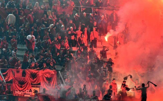 Suspenden partido Italia contra Albania por lanzamiento de bengalas - Foto de Internet
