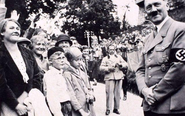 Descubren álbum con fotos inéditas de Hitler en habitación de Eva Braun
