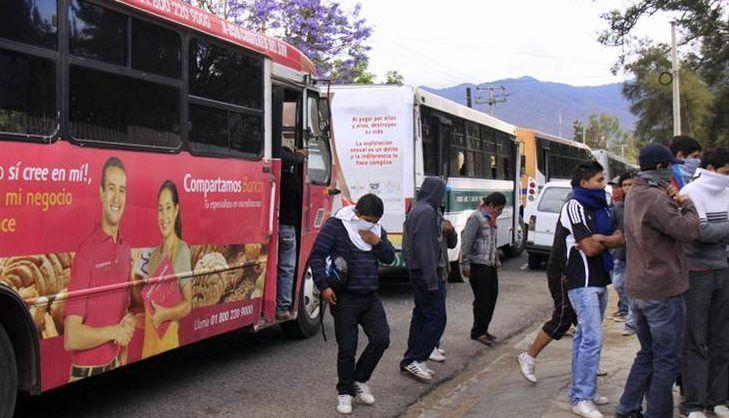 Normalistas secuestran 14 autobuses en Oaxaca - Foto de archivo