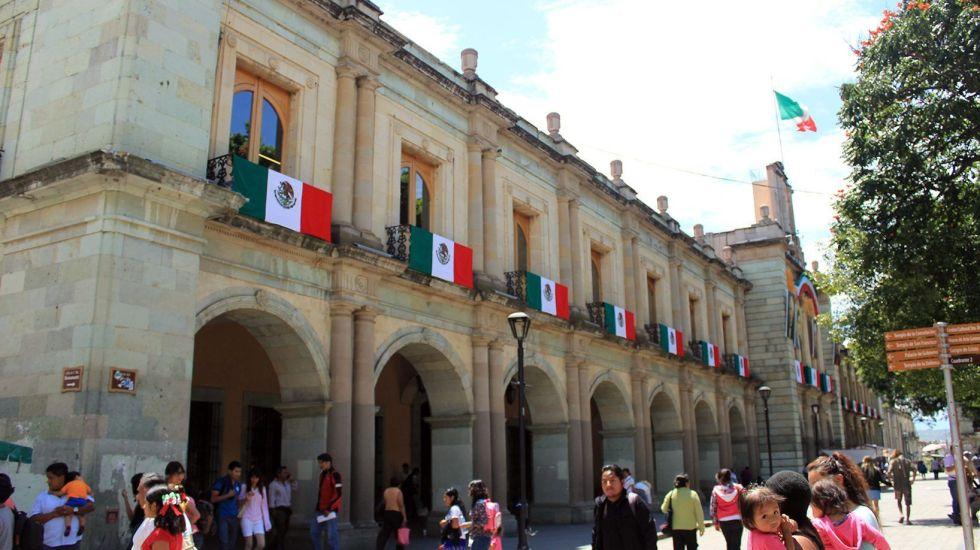 Normalistas retiran campamento frente al Palacio de Gobierno de Oaxaca - Foto de revista-brecha.com