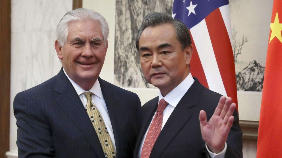 Rex Tillerson se reúne con Xi Jinping en China - El ministro chino de Exteriores Wang Yi, a la derecha, saluda a la prensa mientras estrecha la mano del secretario de Estado, Rex Tillerson, antes de una reunión bilateral en la casa de huéspedes Diaoyutai en Beijing, China, el sábado 18 de marzo de 2017. (AP Foto/Mark Schiefelbein)