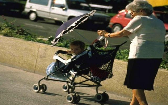Abuelas que tutelan nietos recibirán apoyo alimenticio - Foto de internet