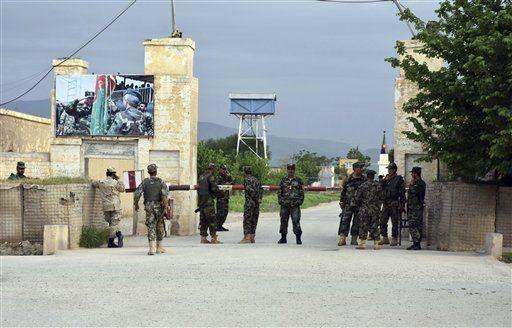Mueren 140 soldados tras ataque talibán a base militar en Afganistán - Foto de AP