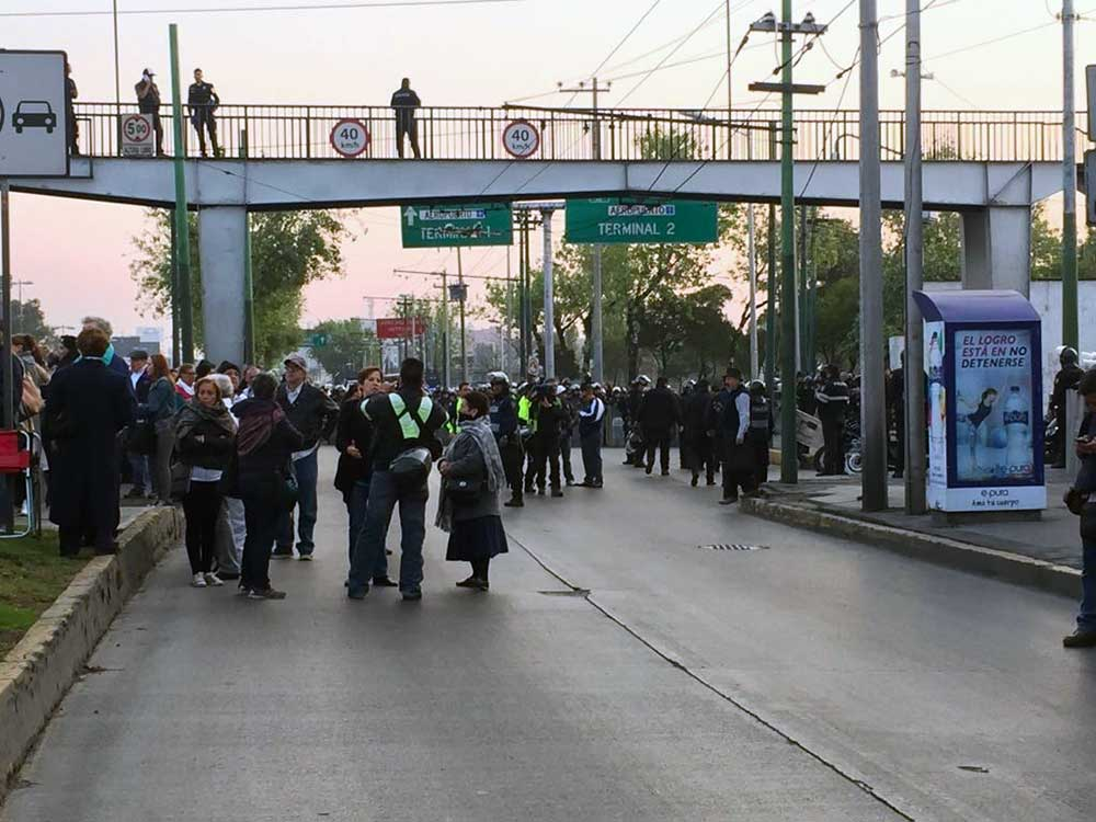 Ex trabajadores de Mexicana bloquean Boulevard Puerto Aéreo - Foto de Excélsior