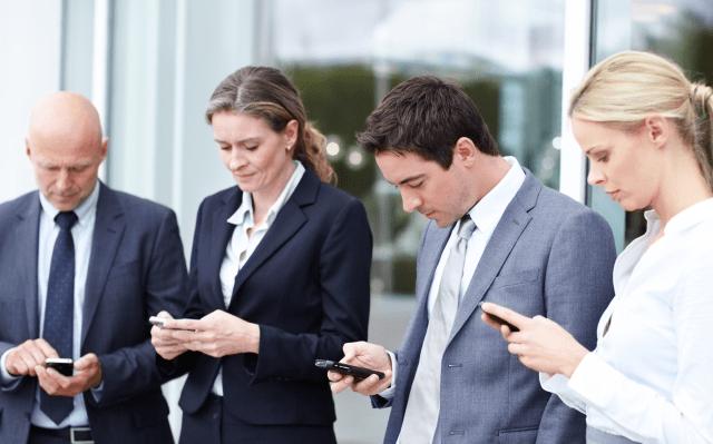 Uso de celular puede generar problemas en ojos, huesos y oído