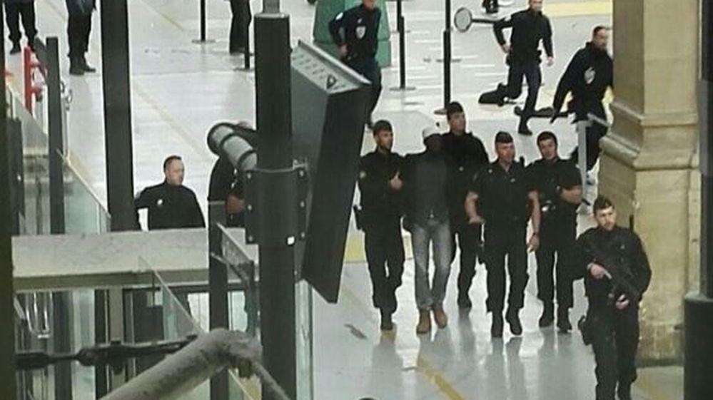 #Video Detienen a hombre armado con cuchillo en estación de tren en París - Foto de Twitter