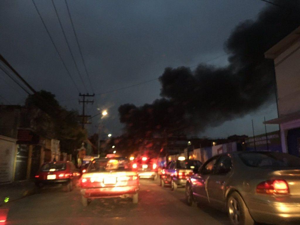 Incendio consume bodega de telas en Iztacalco