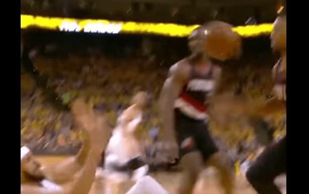 #Video Lanza pelota a la cara de su rival para no perder la posesión - Captura de pantalla