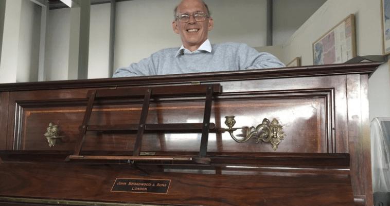 Encuentran monedas de oro en un piano