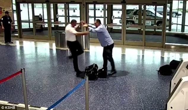 Pasajero agrede a piloto al descender del avión