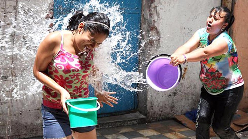 Multarán con hasta 3 mil pesos y arresto en CDMX por desperdiciar agua en Sábado de Gloria - Desperdicio de agua en Sábado de Gloria. Foto de Archivo