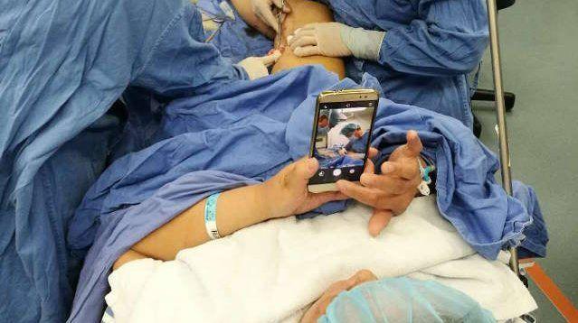 Permitieron que mujer usara su celular mientras era sometida a cirugía