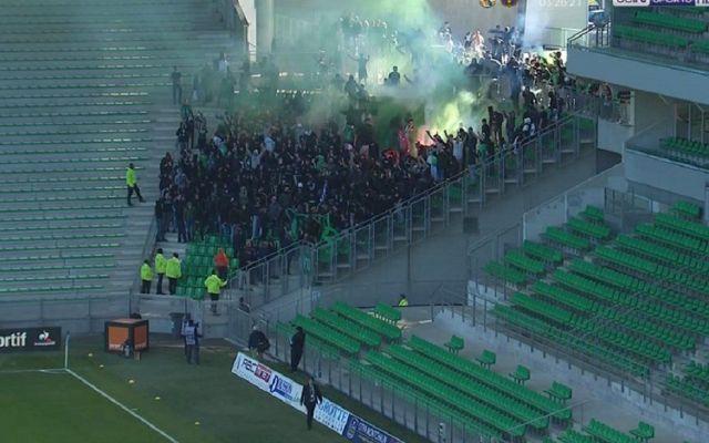 Aficionados entran por la fuerza a estadio en Francia