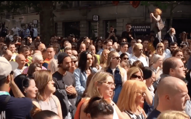 #VIDEO Miles de personas cantan en homenaje a víctimas de ataque en Manchester