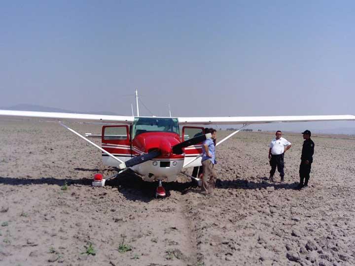 Avión pequeño aterriza de emergencia en Hidalgo - Foto de Emmanuel Rincón